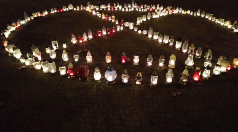znicze na placu wolnosci 1 800x445 - Poznań: Na placu Wolności zapłonęło 415 zniczy. Dlaczego?