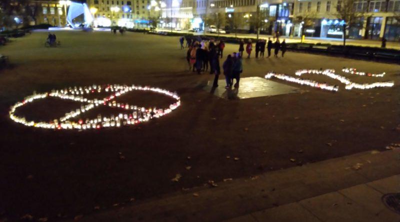 znicze na placu wolnosci 3 800x445 - Poznań: Na placu Wolności zapłonęło 415 zniczy. Dlaczego?