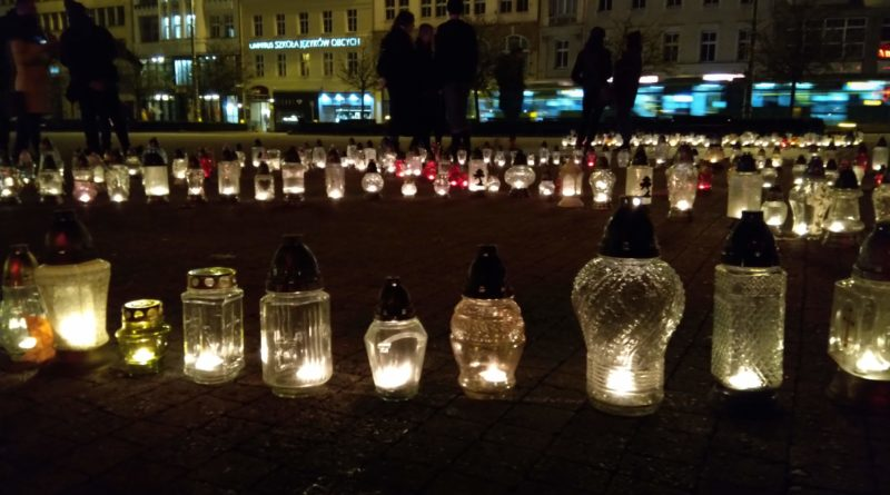 znicze na placu wolnosci 5 800x445 - Poznań: Na placu Wolności zapłonęło 415 zniczy. Dlaczego?