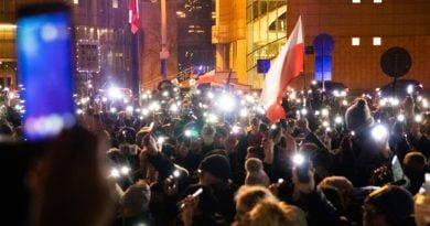 solidarnie z sedziami 1.12.2019 fot. slawek wachala 1 390x205 - Poznań: Łańcuch Światła solidarnie z sędziami