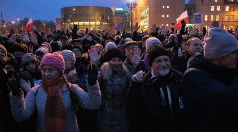solidarnie z sedziami 1.12.2019 fot. slawek wachala 11 800x445 - Poznań: Łańcuch Światła solidarnie z sędziami