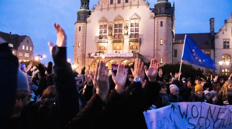 solidarnie z sedziami 1.12.2019 fot. slawek wachala 12 800x445 - Poznań: Łańcuch Światła 22. W obronie sędziów