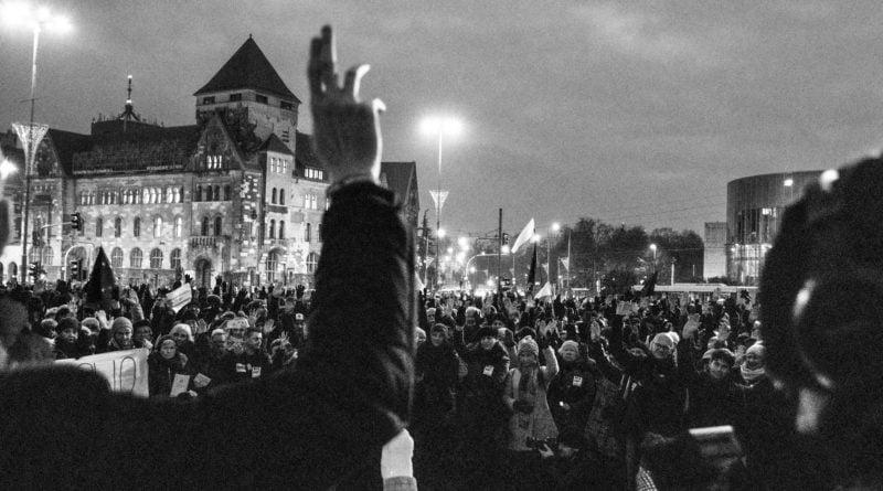 solidarnie z sedziami 1.12.2019 fot. slawek wachala 18 800x445 - Poznań: Łańcuch Światła solidarnie z sędziami