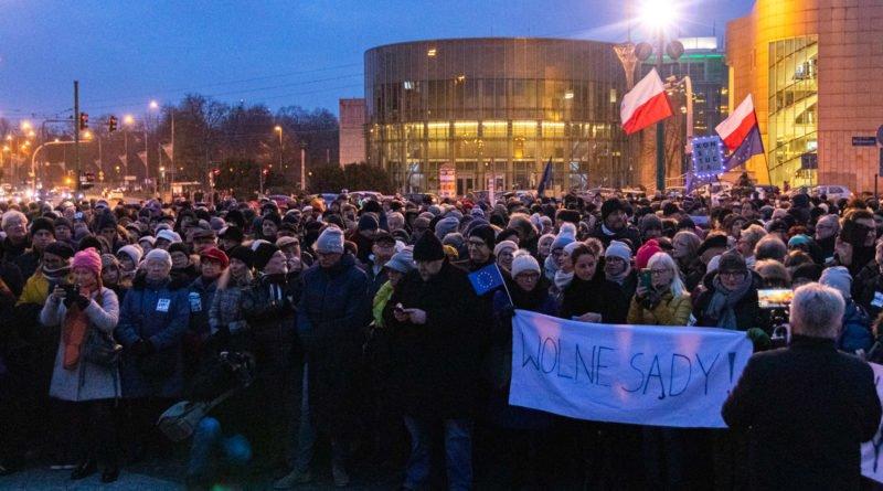 solidarnie z sedziami 1.12.2019 fot. slawek wachala 6 800x445 - Poznań: Łańcuch Światła solidarnie z sędziami