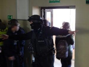 """terrorysta w szkole cwiczenia policji fot. kwp 2 300x225 - Jarocin: Terrorysta wtargnął do szkoły. """"Całe zdarzenie było ściśle zaplanowanymi ćwiczeniami"""""""