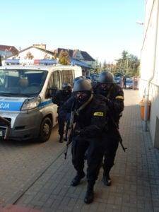 """terrorysta w szkole cwiczenia policji fot. kwp 3 225x300 - Jarocin: Terrorysta wtargnął do szkoły. """"Całe zdarzenie było ściśle zaplanowanymi ćwiczeniami"""""""