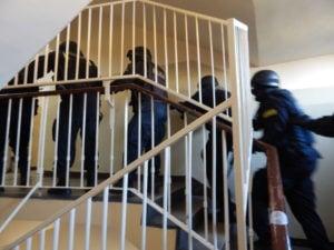 """terrorysta w szkole cwiczenia policji fot. kwp 4 300x225 - Jarocin: Terrorysta wtargnął do szkoły. """"Całe zdarzenie było ściśle zaplanowanymi ćwiczeniami"""""""