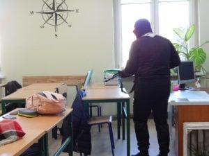 """terrorysta w szkole cwiczenia policji fot. kwp 6 300x225 - Jarocin: Terrorysta wtargnął do szkoły. """"Całe zdarzenie było ściśle zaplanowanymi ćwiczeniami"""""""