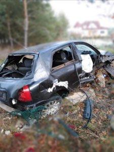 wypadek 22 latka fot. osp golina 1 225x300 - Konin: Drastyczny wypadek. 22-latek cudem przeżył