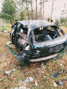 wypadek 22 latka fot. osp golina 2 225x300 - Konin: Drastyczny wypadek. 22-latek cudem przeżył