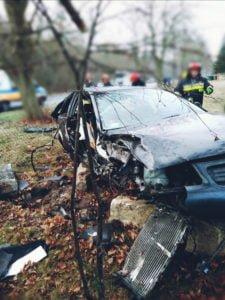 wypadek 22 latka fot. osp golina 3 225x300 - Konin: Drastyczny wypadek. 22-latek cudem przeżył