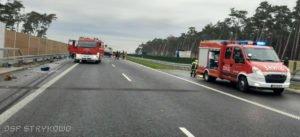 wypadek na s5 fot. osp strykowo 6 300x137 - Pierwsza śmiertelna ofiara na trasie S5. Szczegóły wypadku ustala policja