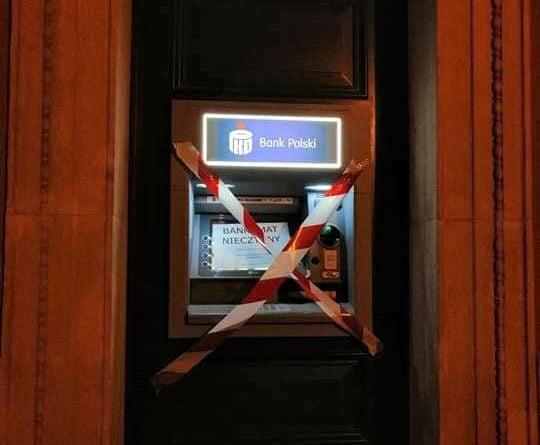 bankomat 3 fot. extinction rebellion 540x445 - Poznań: Aktywiści Extinction Rebellion zakleili bankomaty. Za finansowanie inwestycji węglowych