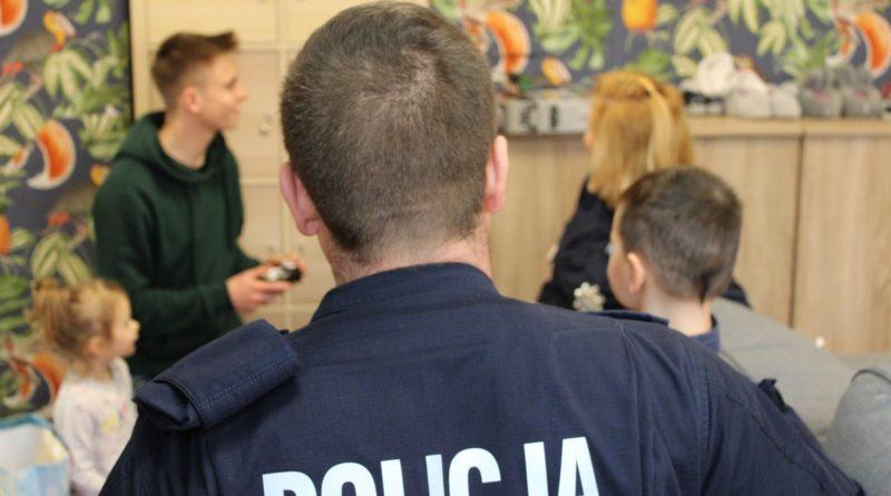 cwr swoboda 6 fot. policja 800x445 - Poznań: Policjanci odwiedzili dzieci. Z prezentami