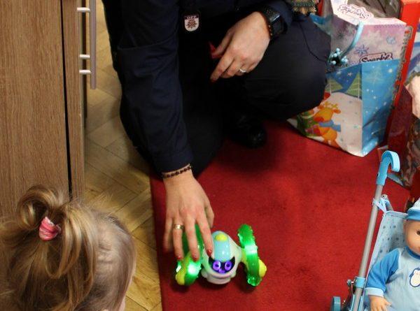 cwr swoboda fot. policja 600x445 - Poznań: Policjanci odwiedzili dzieci. Z prezentami