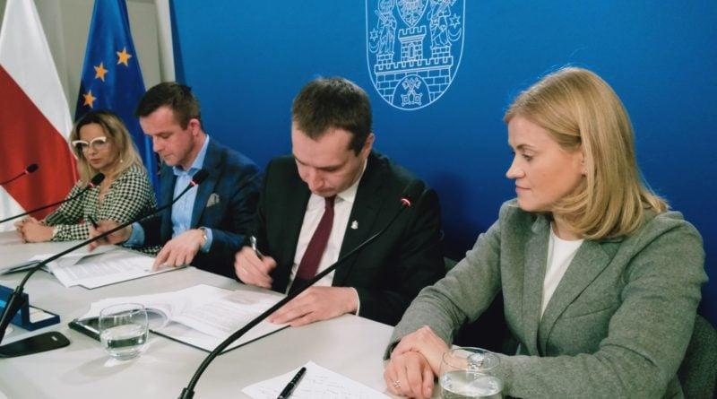 rynek lazarski podpisanie umowy 1 800x445 - Poznań: Na Rynku Łazarskim rozpocznie się remont. I to już wiosną!