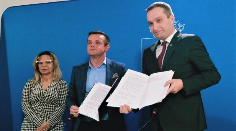 rynek lazarski podpisanie umowy 2 800x445 - Poznań: Na Rynku Łazarskim rozpocznie się remont. I to już wiosną!