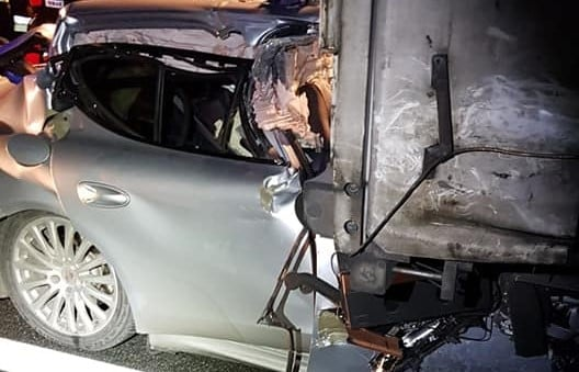 wypadek 2 a2 fot. policja - Konin: Porsche wbiło się w tył ciężarówki na A2