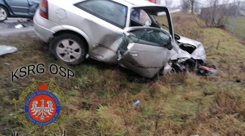 wypadek 2 fot. osp wegierki 800x445 - Gniezno: Zderzenie trzech samochodów