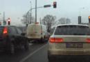 Poznań: Inny kierowca zajechał mu drogę, więc… powyginał mu wycieraczki
