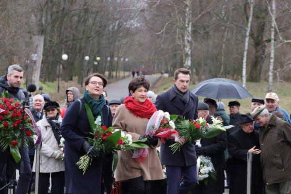 bitwa o poznan 10 skladanie kwiatow fot. s. wachala - Poznań: Prezydent złożył kwiaty przed pomnikiem na Cytadeli