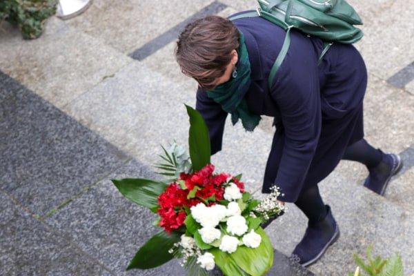 bitwa o poznan 12 skladanie kwiatow fot. s. wachala - Poznań: Prezydent złożył kwiaty przed pomnikiem na Cytadeli