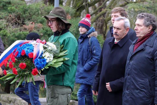 bitwa o poznan 13 skladanie kwiatow fot. s. wachala - Poznań: Prezydent złożył kwiaty przed pomnikiem na Cytadeli