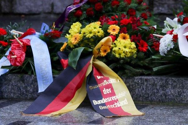 bitwa o poznan 17 skladanie kwiatow fot. s. wachala - Poznań: Prezydent złożył kwiaty przed pomnikiem na Cytadeli