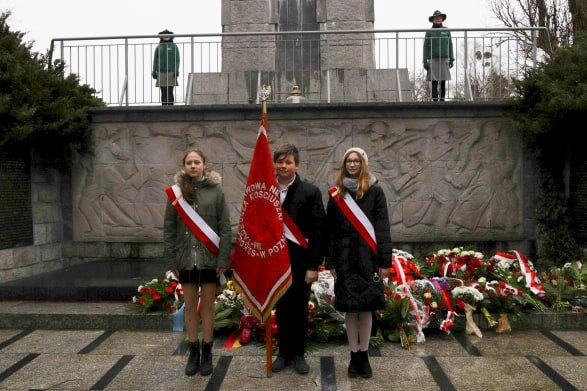 bitwa o poznan 18 skladanie kwiatow fot. s. wachala - Poznań: Prezydent złożył kwiaty przed pomnikiem na Cytadeli