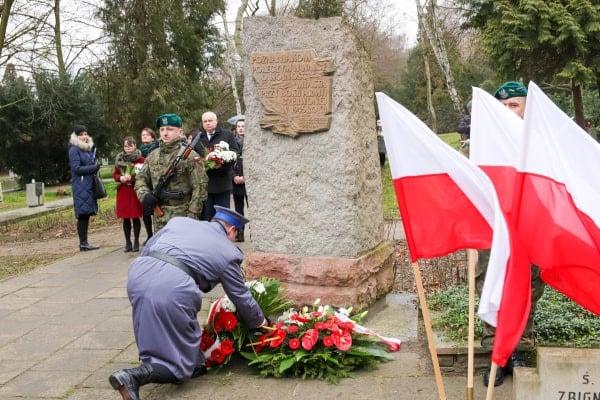 bitwa o poznan 19 skladanie kwiatow fot. s. wachala - Poznań: Prezydent złożył kwiaty przed pomnikiem na Cytadeli