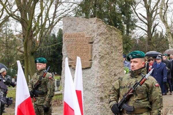 bitwa o poznan 20 skladanie kwiatow fot. s. wachala - Poznań: Prezydent złożył kwiaty przed pomnikiem na Cytadeli