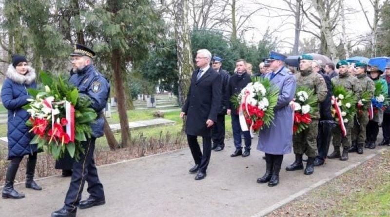 bitwa o poznan 21 skladanie kwiatow fot. s. wachala 800x445 - Poznań: Prezydent złożył kwiaty przed pomnikiem na Cytadeli