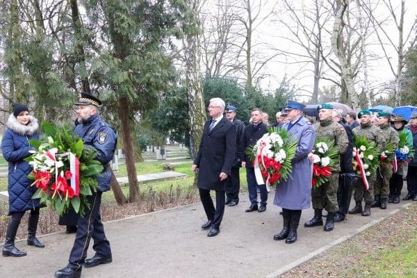 bitwa o poznan 21skladanie kwiatow fot. s. wachala - Poznań: Prezydent złożył kwiaty przed pomnikiem na Cytadeli