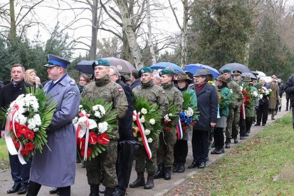 bitwa o poznan 23 skladanie kwiatow fot. s. wachala - Poznań: Prezydent złożył kwiaty przed pomnikiem na Cytadeli