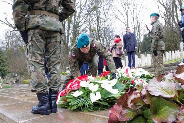 bitwa o poznan 24 skladanie kwiatow fot. s. wachala - Poznań: Prezydent złożył kwiaty przed pomnikiem na Cytadeli