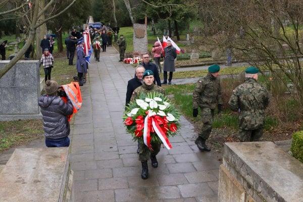 bitwa o poznan 25 skladanie kwiatow fot. s. wachala - Poznań: Prezydent złożył kwiaty przed pomnikiem na Cytadeli
