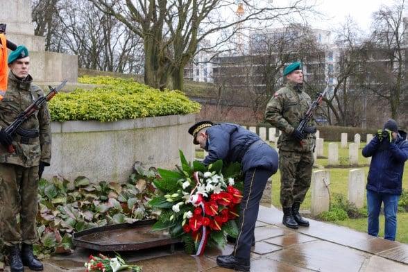 bitwa o poznan 26 skladanie kwiatow fot. s. wachala - Poznań: Prezydent złożył kwiaty przed pomnikiem na Cytadeli