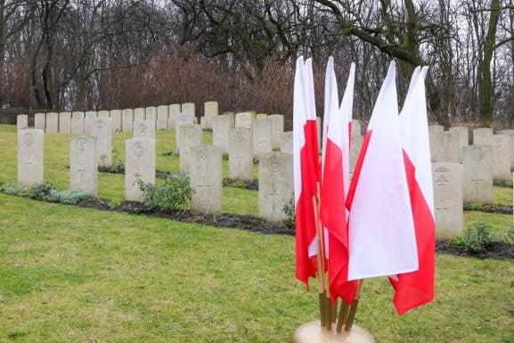 bitwa o poznan 27 skladanie kwiatow fot. s. wachala - Poznań: Prezydent złożył kwiaty przed pomnikiem na Cytadeli