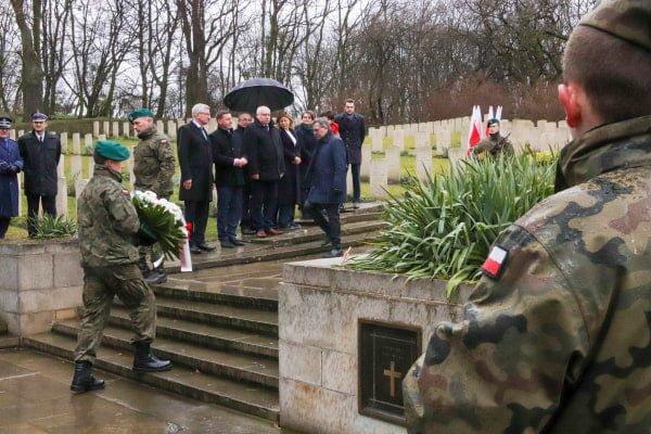 bitwa o poznan 29 skladanie kwiatow fot. s. wachala - Poznań: Prezydent złożył kwiaty przed pomnikiem na Cytadeli