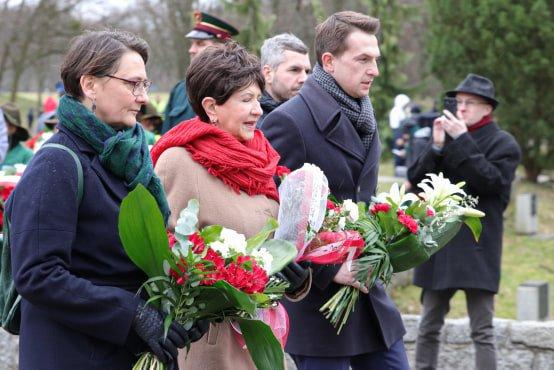 bitwa o poznan 7 skladanie kwiatow fot. s. wachala - Poznań: Prezydent złożył kwiaty przed pomnikiem na Cytadeli