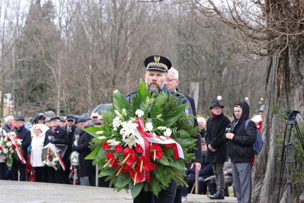 bitwa o poznan 9 skladanie kwiatow fot. s. wachala - Poznań: Prezydent złożył kwiaty przed pomnikiem na Cytadeli