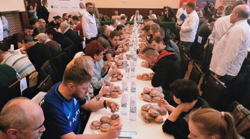 mistrzostwa w jedzeniu paczkow 2 800x445 - Poznań: Mistrzostwa w jedzeniu pączków, czyli 10 pączków w ciągu 5 minut!