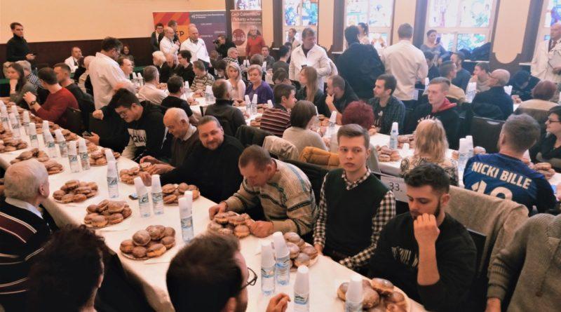 mistrzostwa w jedzeniu paczkow 4 800x445 - Poznań: Mistrzostwa w jedzeniu pączków, czyli 10 pączków w ciągu 5 minut!