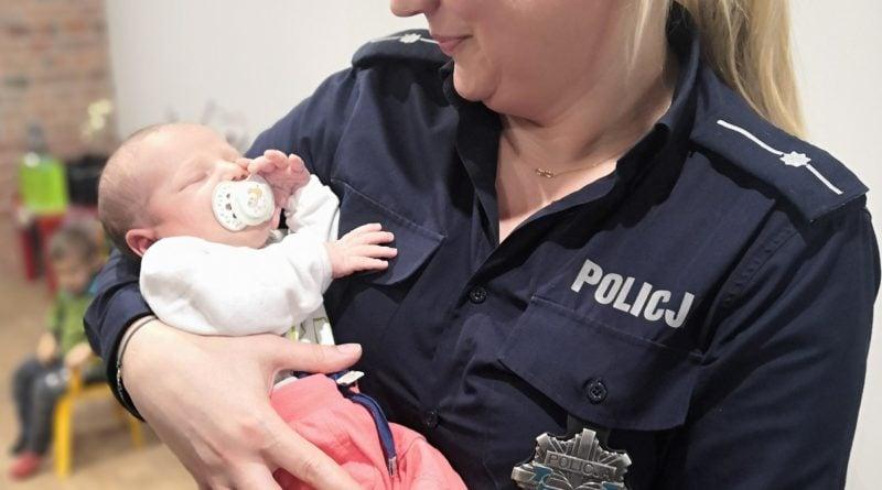 noworodek grabow 2 fot. policja 800x445 - Ostrów Wielkopolski: Cudowna służba i noworodek pod eskortą policji