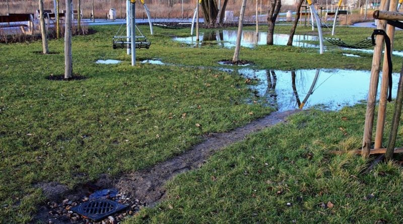 park rataje w poznaniu 2 fot. fb 800x445 - Poznań: Park Rataje pod wodą. Znowu! Mieszkańcy są oburzeni