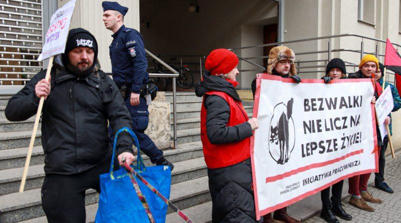 pikieta 3 fot. slawek wachala 800x445 - Poznań: Portierzy i portierki pikietowali przed sądem. Nadal nie dostali wynagrodzeń