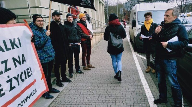 pikieta 7 fot. el 800x445 - Poznań: Portierzy i portierki pikietowali przed sądem. Nadal nie dostali wynagrodzeń