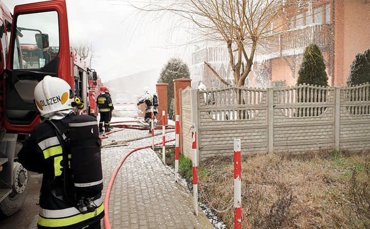 pozar 4 fot. osp wyrzysk 720x445 - Piła:  Pożar budynku - strażacy walczyli z ogniem i wiatrem