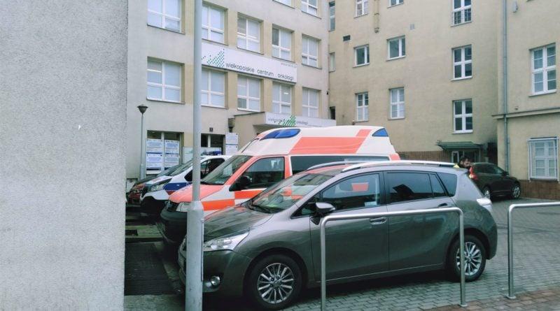 wielkopolskie centrum onkologii 1 800x445 - Poznań: Posłanka Lichocka przekazuje gest solidarności z chorymi na raka. Na murze Wielkopolskiego Centrum Onkologii