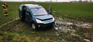wypadek 3 fot. osp lubowo 300x138 - Gniezno: Uwięziona w samochodzie kobieta w ciąży